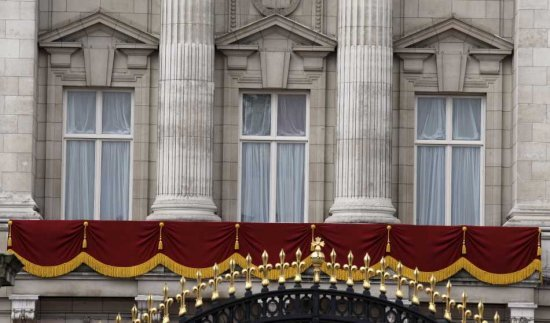 [Image: buckingham-palace-royal-balcony.jpg]