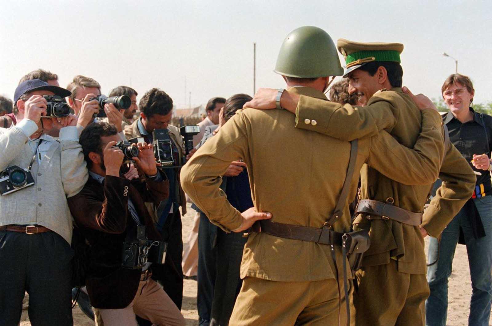 https://cdn.discordapp.com/attachments/308950154222895104/484022981446598656/Afghan_Officer__Soviet_Soldier_1986.jpg