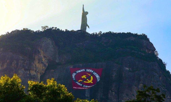 https://cdn.discordapp.com/attachments/323179816847409164/443408658689425420/xNo-Cristo-Redentor-bandeira-contra-o-comunismo-cita-FH-Lula-e-Dilma.jpg.pagespeed.ic.1Qcpd_Lz6W.jpg