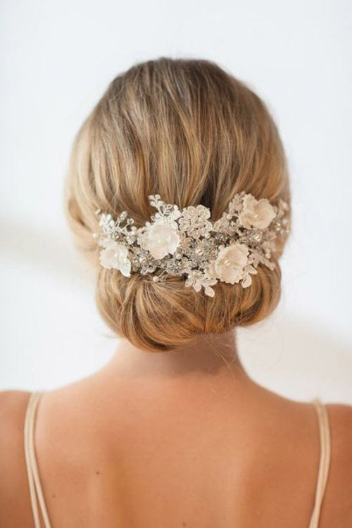 [BAL DE CLOTURE 2019] A NIGHT TO REMEMBER - Page 2 Chignon-epure-fleurs-blanch