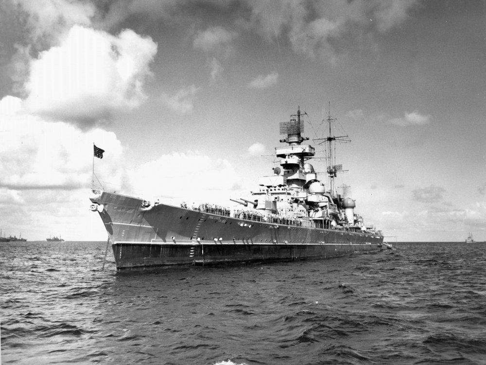Cruiser_Prinz_Eugen_anchored_in_Bikini_L