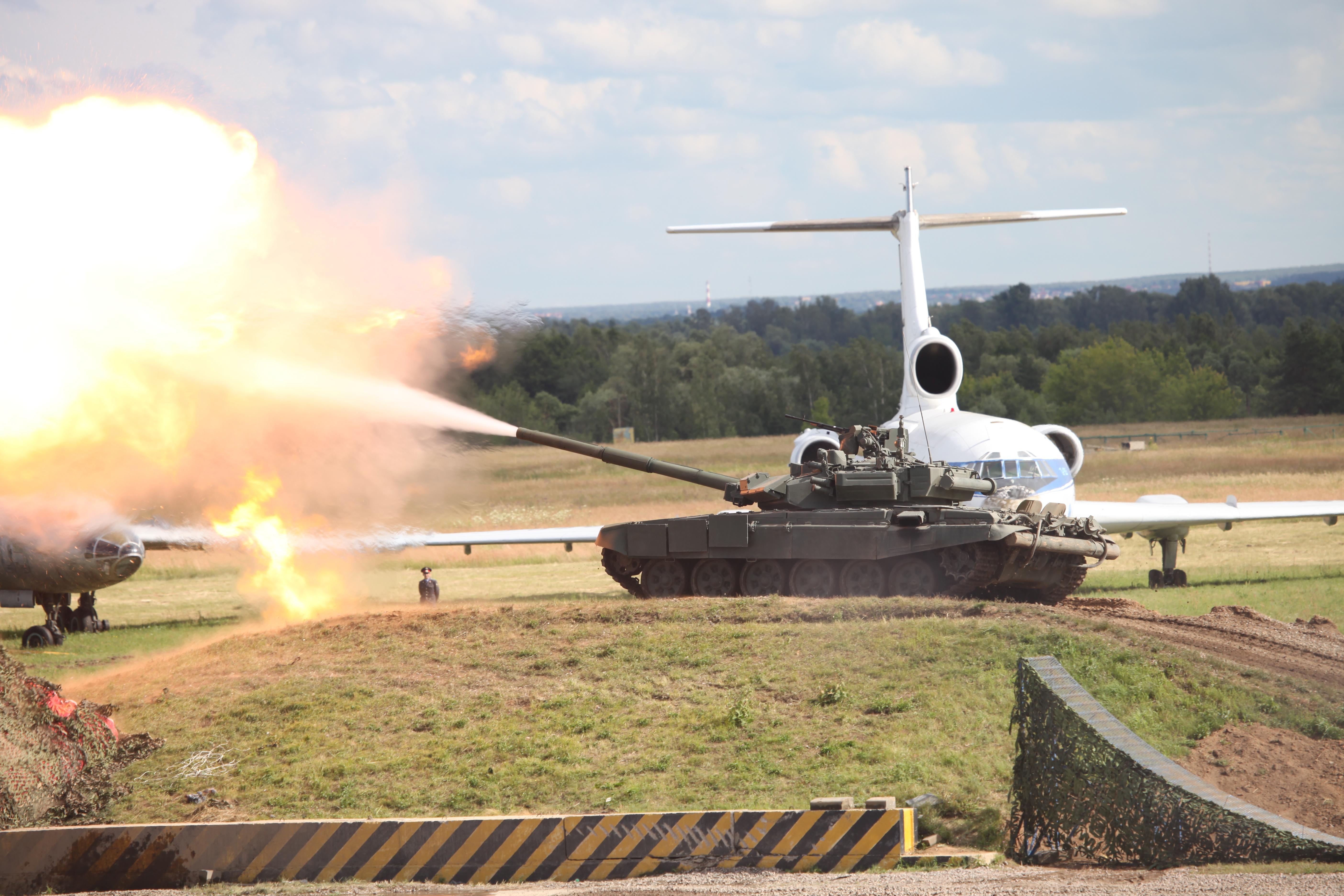 Firing_T-90A_main_battle_tank.jpg