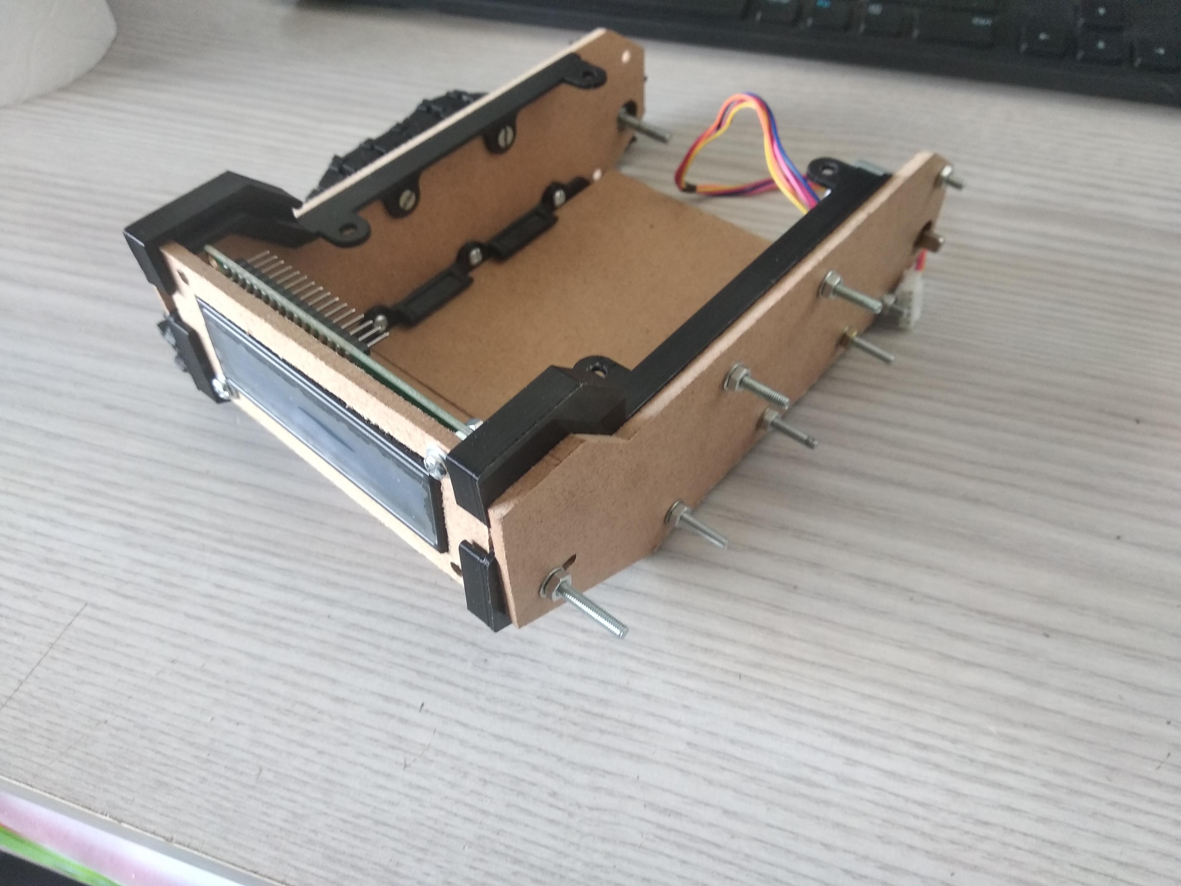 2 pièces 3D qui maintiendront les trois planches du dessus fixé au char, tank de derrière
