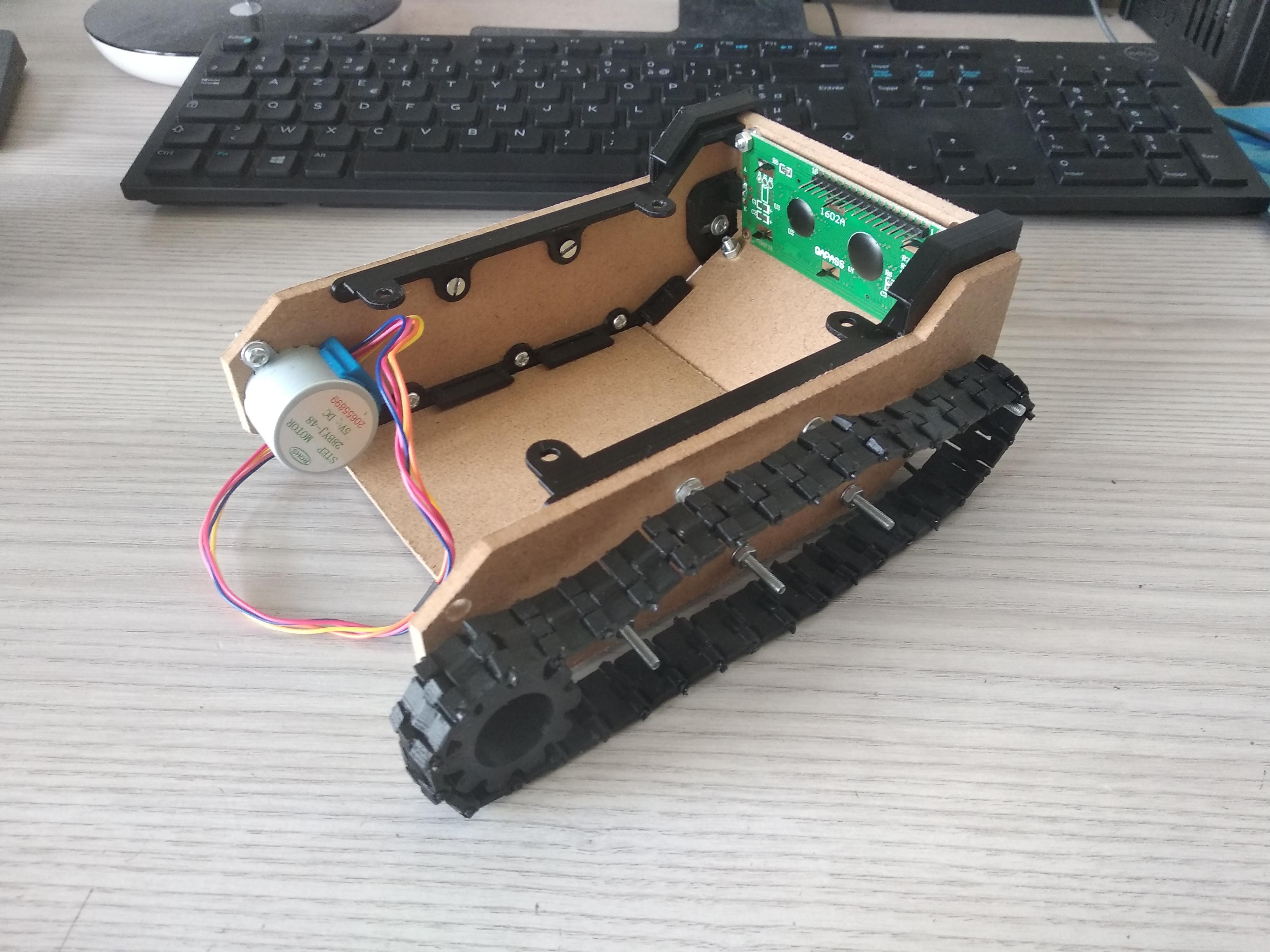 2 pièces 3D qui maintiendront les trois planches du dessus fixé au char, tank de côté vers l'avant