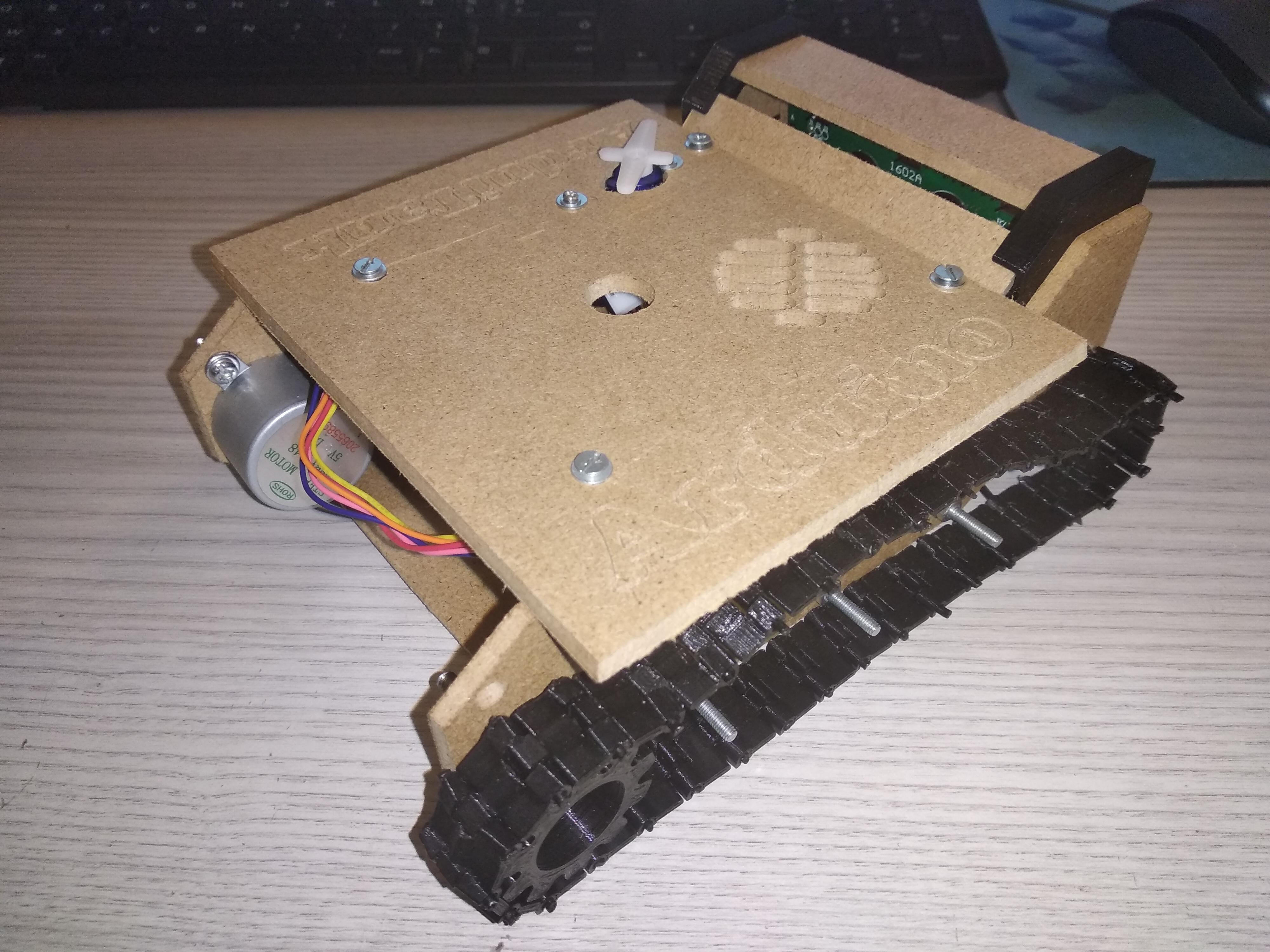 Planche principale du dessus de la base du tank fixée, tank de côté/devant